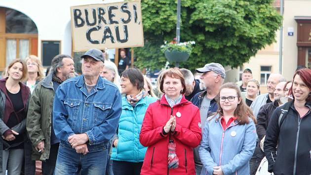 V úterý 28. května proběhlo na náměstí T. G. Masaryka v České Lípě shromáždění pod hlavičkou spolku Milionu chvilek pro demokracii s heslem: MÁME TOHO DOST, CHCEME DEMISI.
