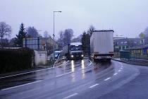 Stovky kamionů projíždějí denně po mostě v Dolní Libchavě. Velká a těžká auta také způsobila, že bývalý most přes Šporku dosloužil.