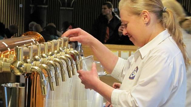 Na narozeninách pivovaru: pivo teklo proudem, úvodní slovo měl majitel pivovaru Jiří Jakoubek, vystoupila taneční skupina Tutti Frutti iděti ze ZUŠ Cvikov.
