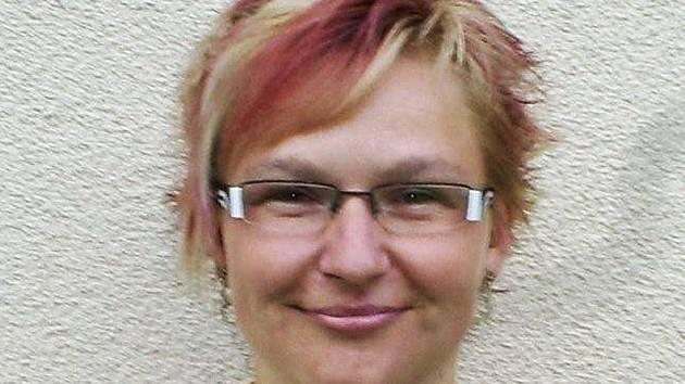 Lenka Jelínková je předsedkyně TJ Jiskra Mimoň a trenérka mladších žákyň.