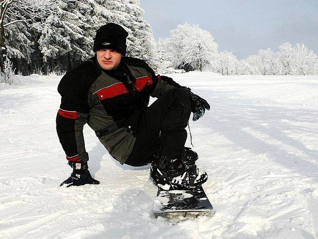 Na svahu ski areálu v Horní Světlé v Lužických horách se pohodlně lyžuje a rekreuje.