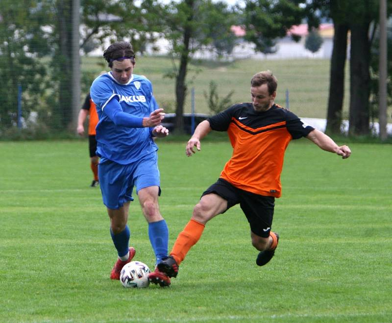 Skalice B (oranžové dresy) - Arsenal B 3:1. Lidmila v souboji s Karlíkem.