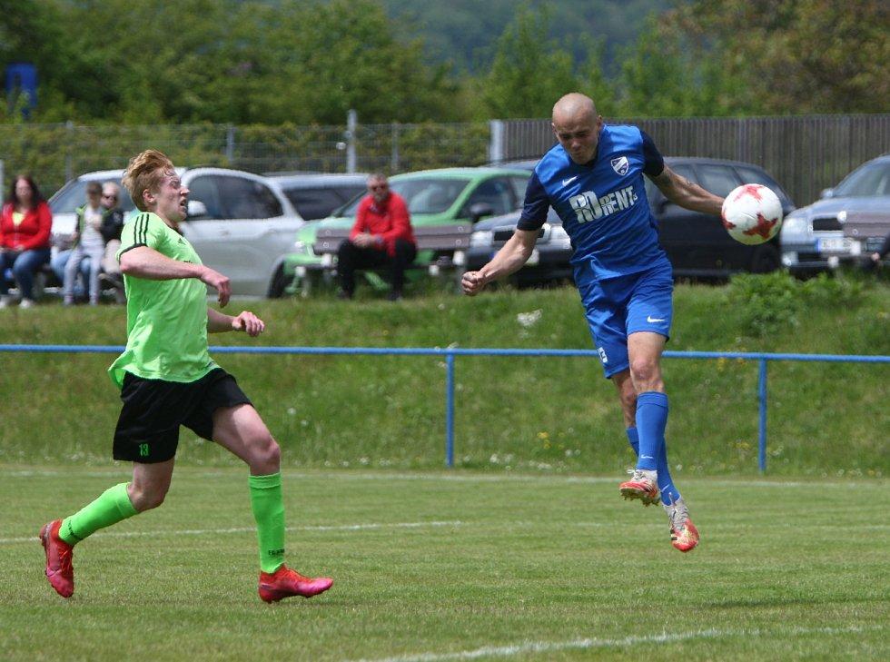 Fotbalisté Skalice (modré dresy) doma porazili Kamenici vysoko 13:1.