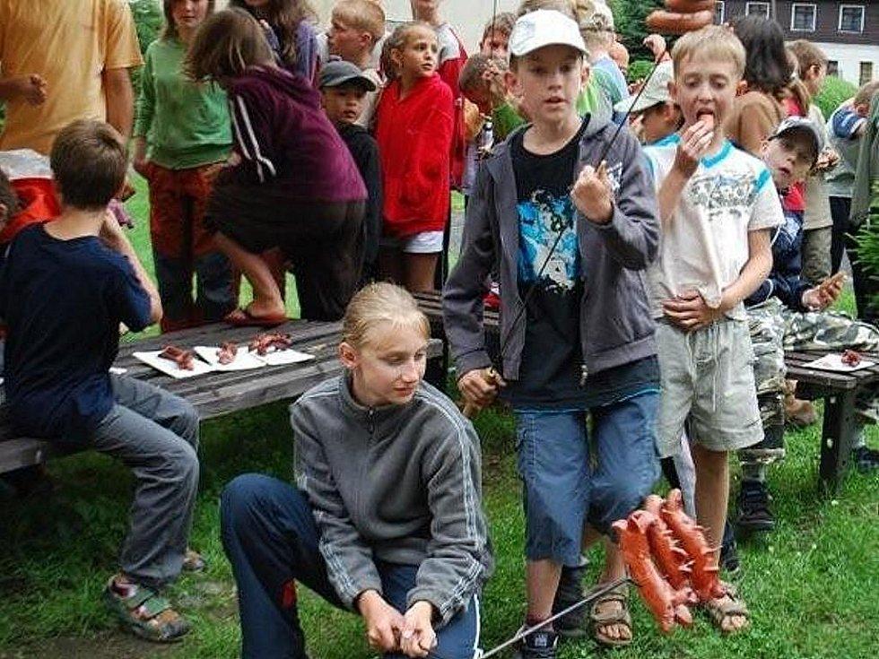 Mladí karatisté na soustředění.