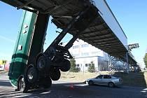 O parovod vedoucí nad silnicí do Stráže p. Ralskem zastavil náklaďák třiapadesátiletý řidič. Zapomněl  sklopit korbu, jež se o přemostění vzpříčila a vytáhla i kabinu vzhůru.  Ta se následně utrhla a muž při nárazu  vyrazil hlavou čelní sklo.