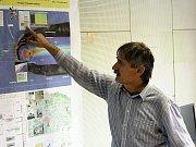 Vedoucí observatoře u Panské vsi Jiří Šimůnek zasvěcuje návštěvníky do tajů výzkumu vesmíru.