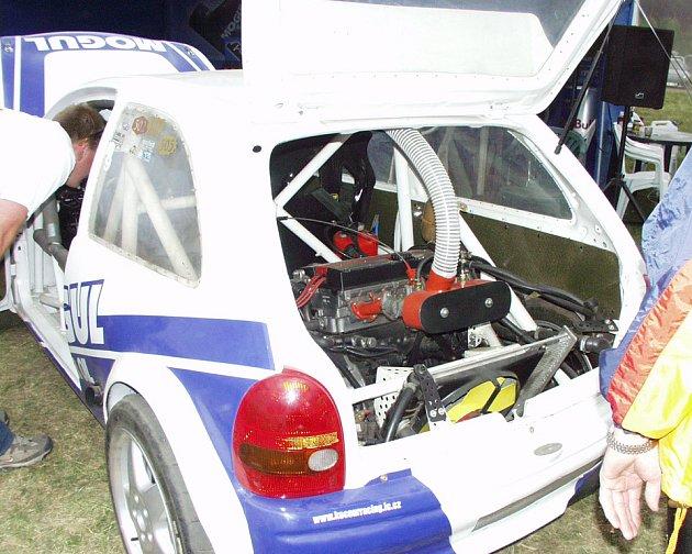 Auto se dvěma motory.