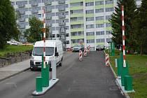 Českolipská nemocnice zavede nový systém parkování v dopravou a odstavenými auty přetíženém areálu. Zřídila závory a za parkování lidé zaplatí. Od 1.6.2019 bude spuštěn zkušební provoz parkovacího systému v areálu Nemocnice s poliklinikou Česká Lípa. Závo