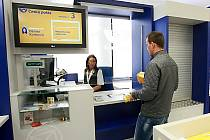 Od úterý slouží klientům České pošty zmodernizovaná hala s více přepážkami a novým odbavovacím systémem.