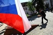 Den vítězství si položením věnců k uctění památky válečných obětí připomněli i v České Lípě.