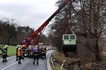 Kvůli vyproštění dodávky dorazil i jeřáb českolipských hasičů.
