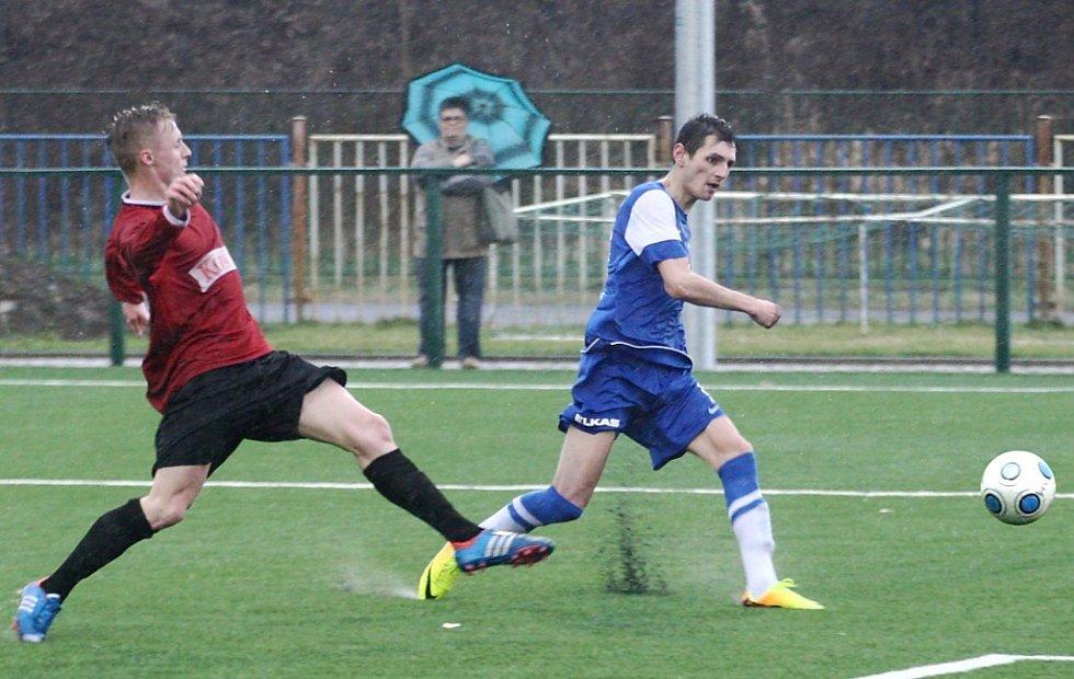 Česká Lípa - Doubí 2:1 (1:0). Rydval se snaží zablokovat střelu domácího Müllera.
