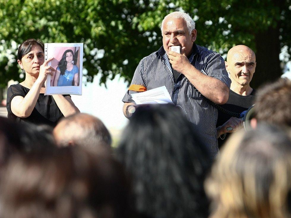 Romové v Novém Boru uspořádali v pátek odpoledne demonstraci, kterou chtěli upozornit na dvojí metr justice.