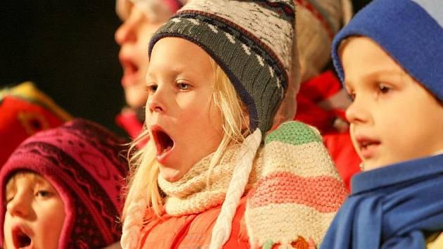 Pod vánočním stromem si děti také zazpívaly