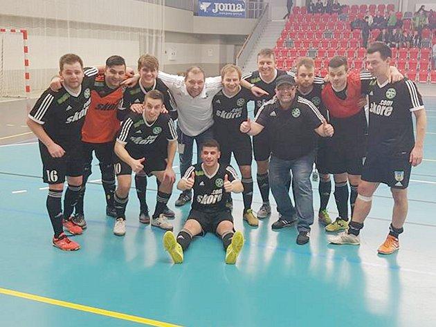 Českolipští Démoni důležitý zápas o záchranu v Třinci zvládli. Vyhráli 3:2, a pak oprávněně slavili.
