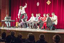 Členové kočovného divadelního souboru Ad Hoc předvádějí své skeče.