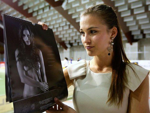 Stranu kalendáře se svým portrétem představuje Leona Bubáková. Kalendář, který nafotily hráčky českolipského ženského florbalového týmu, pokřtil Dominik Hašek.