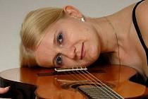 Kytarová virtuózka Michaela Rozmarová je na vrcholu hudební kariéry. 24. března zahraje při pietním koncertu.