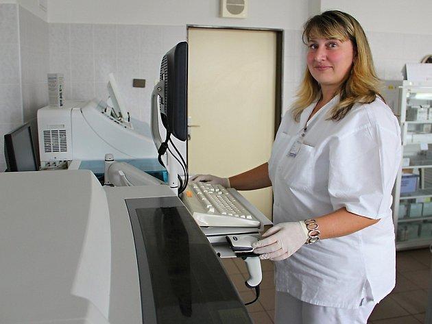 Laborantka oddělení klinické biochemie NsP Česká Lípa Markéta Černá při práci na přístrojích oddělení klinické biochemie.
