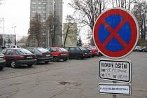 Zákaz zastavení. S takovým značením se řidiči z České Lípy budou setkávat na různých místech města ještě po celý tento i následující týden. Kdo nebude zákaz respektovat, bude platit.