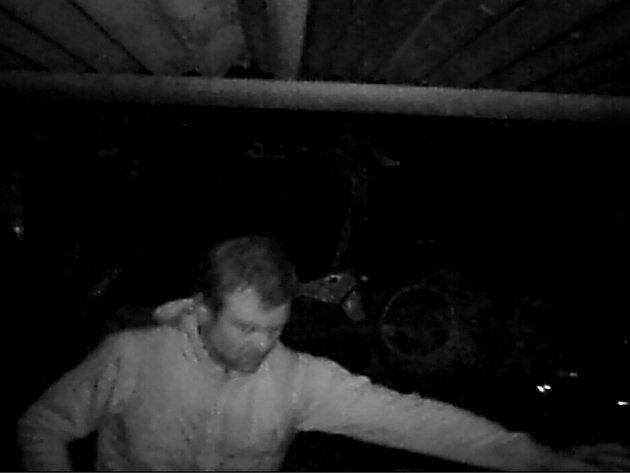 Zloděje ve sběrně v Dubé zachytila fotopast. Poznáte ho?
