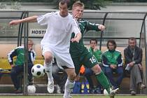 Na hřišti v Blšanech na Žatecku se utkali fotbalisté Blšan (v bílém) s týmem z Nového Boru v zeleném v posledním utkání divize B.