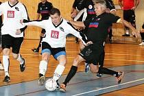 Ve finále změřili síly hráči KaVr Teamu s Vagónkou. Na snímku se Ješetovu střelu snaží zblokovat Barda.