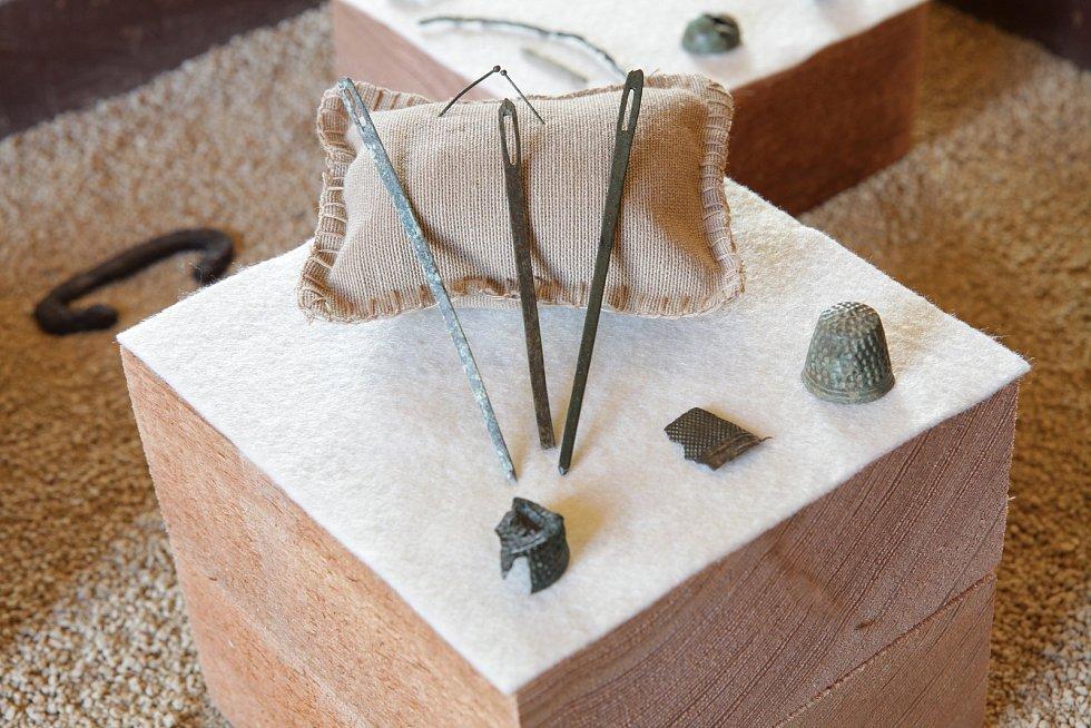 Všední život na šlechtickém sídle provázelo i šití a úpravy oděvů, do dnešních dob se dochovaly šicí jehly, špendlíky i náprstky.