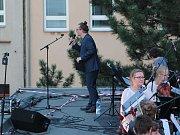 """Na oslavu devadesáti let od založení českolipské """"lidušky"""" uspořádala škola velkolepý koncert na střeše své budovy. Netajila přitom inspiraci podobným vystoupením, které v roce 1969 předvedli v Liverpoolu The Beatles."""