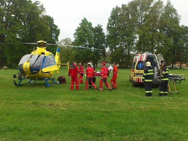 Hasiči pomáhali zdravotníkům s transportem popálené do vrtulníku.