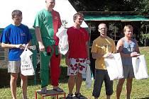 Minikárový závodník z Mimoně Zbyněk Švajda (druhý zprava) potvrdil v Žalticích slušnou formu.