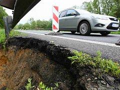 Rozdivočelá Šporka urvala kus krajnice na obchvatu kolem Nového Boru. Panují obavy, že se může propadnout část silnice.