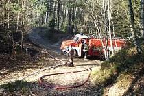 Požáry přírodních porostů se vyznačují rychlým šířením na velkých plochách a jejich likvidace je zdlouhavá. Snímek je ze čtvrtečního zásahu v Kněžicích.