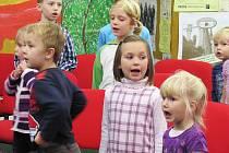 Čtyřicet dětí ve věku od 3 do 6 let pravidelně dochází na zkoušky do přípravného oddělení Českolipského dětského sboru nazvaného Lísteček.