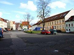 ŠKROUPOVO NÁMĚSTÍ DNES. Dříve Školní a dnes obecně pojmenované jako Tržní. Tato část České Lípy prošla největší proměnou koncem 18. století, kdy velký požár zdemoloval někdejší kostel. Jeho trosky byly potom definitivně odklizeny až roku 1875.