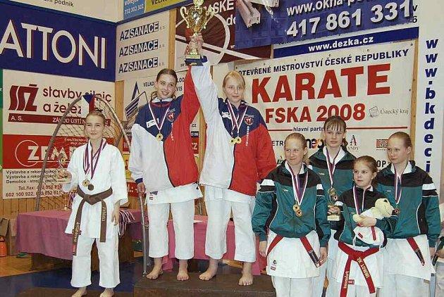 Za nejúspěšnější klub MČR FSKA v karate přebírá pohár Zlatohlávková a Bittnerová ze Sport Relaxu.