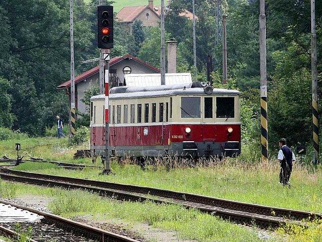Historický motoráček jezdí na muzejní železnici mezi Kamenickým Šenovem a Českou Kamenicí.