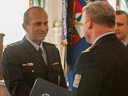 Ředitel krajského ředitelství policie Libereckého kraje Vladislav Husák předává ocenění Luboši Fotrovi.
