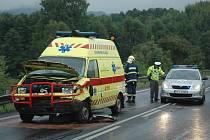 Sanitka ke zraněném muži u Práchně nedojela. Srazila se už za Pihelem s dalším autem.