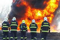 Velitelé čet a družstev Hasičského záchranného sboru Libereckého kraje se v úterý pěkně zapotili. U podnikových kolegů ve Spolaně v Neratovicích trénovali hašení požáru hořlavých kapalin na vodní ploše.