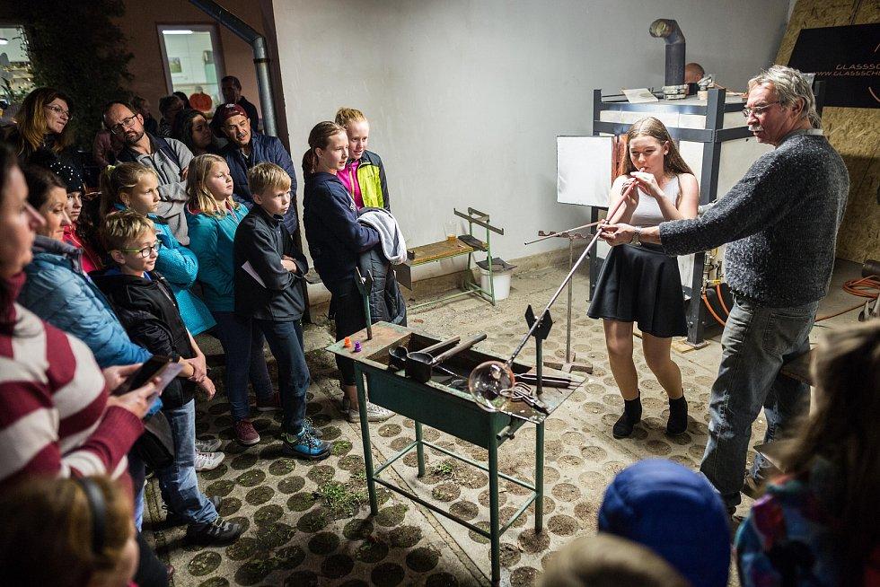 Oblíbenou Skleněnou noc pořádala v pátek už podvanácté Vyšší odborná škola sklářská a Střední škola Nový Bor.