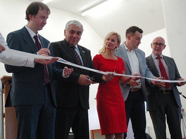 Slavnostního otevření se zúčastnil isenátor Jiří Vosecký nebo hejtman Libereckého kraje Martin Půta. Uprostřed starostka obce Marcela Novotná.