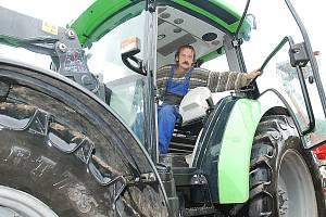 Jeden ze zaměstnanců Sociální farmy s.r.o. v traktoru, který zakoupilo Biskupství litoměřické. Farmu ve středu 23. září navštívil a požehnal jí litoměřický biskup Mons. Jan Baxant.