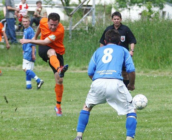 Druhé místo vtabulce okresního přeboru si po výhře 3:0 nad Polevskem pojistila Dolní Libchava (oranžové dresy).