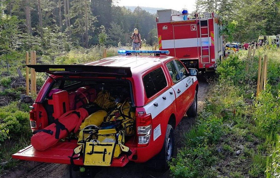 Ze skály do potoka v obci Mařeničky na Českolipsku spadla v pátek večer žena.