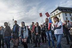 Na novoborském náměstí se sešlo kolem dvou set lidí.