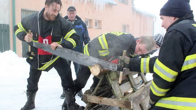 Přenášení zraněného, spojování hadic, řezání klády, nebo stavba sněhuláka. Jen část úkolů, před které byli o víkendu v Novém Oldřichově postaveni dobrovolní hasiči z Čech a Německa.