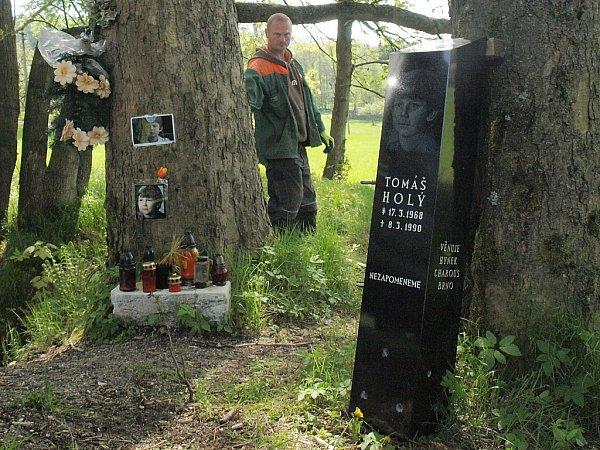 Pomník zčerné žuly jako důstojná vzpomínka na dětskou filmovou hvězdu Tomáše Holého nově zdobí pietní místo na silnici mezi Polevskem a Kytlicí, kde herec před pětadvaceti lety tragicky zahynul při dopravní nehodě.