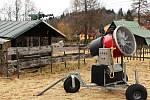 Moderní sněžné dělo stráží po sezóně retro zázemí lyžařského vleku na Polevsku. To už má nejlepší léta za sebou.