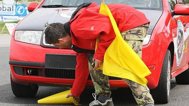 Čtrnáct čtyřčlenných týmů učňů automechaniků ze všech krajů republiky soutěžilo ve zručnosti na autodromu v Sosnové.